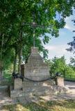 Narva, Estland - Juli 9, 2011: Het graf van Russische militairen die tijdens het stormen van Narva onder het bevel van stierven Stock Afbeeldingen