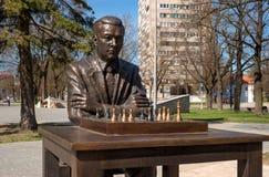 Narva Estland - Maj 4, 2016: monument till den berömda estländska schackspelaren Paul Keres Installerat nära Peter fyrkant Royaltyfria Foton