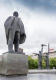 NARVA ESTLAND - NOVEMBER 7: Monument av Lenin som sträcker hans hand i Narva, Estland på November 10, 2016 Arkivfoto