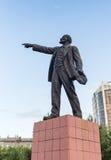NARVA ESTLAND - NOVEMBER 7: Monument av Lenin som sträcker hans hand i Narva, Estland på November 10, 2016 Arkivbilder