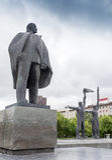 NARVA, ESTONIA - 7 DE NOVIEMBRE: Monumento de Lenin que estira su mano en Narva, Estonia el 10 de noviembre de 2016 Foto de archivo