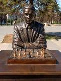 Narva, Estonia - 4 maggio 2016: monumento al giocatore di scacchi estone famoso Paul Keres Installato vicino al quadrato di Peter Fotografia Stock Libera da Diritti
