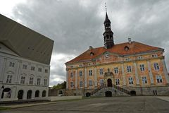 NARVA, ESTONIA - 29 2017 WRZESIEŃ: Stary urzędu miasta budynek i szkoła wyższa uniwersytet Tartu w Narva Zdjęcia Royalty Free