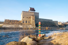 Narva l'Estonie Hermann Castle sur la rivière de Narva photo stock