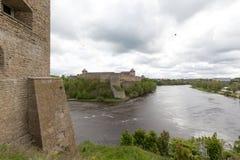 Narva und Ivangorod zieht sich auf der Grenze zwischen Russland und Est zurück Stockbilder