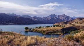 Naryn flod, berg, turister Royaltyfria Bilder