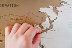 Narys podróży mapa świat Ręka mężczyzna wymazuje Japonia z co Zdjęcia Stock