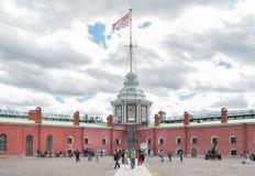 Naryshkin本营和彼得和保罗堡垒旗子塔  免版税库存图片
