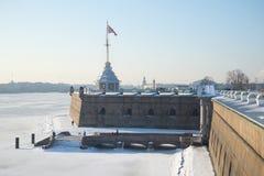 Naryshkin-Bastion mit Turm, eisiger Februar-Tag Peter-und Paul-Festung, St Petersburg Lizenzfreies Stockbild