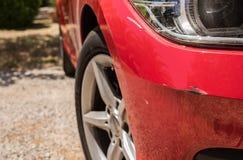 Narysy i wklęśnięcia w czerwonym samochodowym zderzaku obraz stock