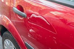 Narysy na czerwonym samochodzie zdjęcie royalty free