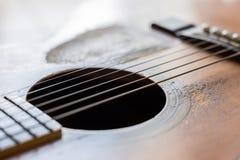 Narysy na starej gitarze akustycznej zdjęcie stock