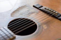 Narysy na starej gitarze akustycznej obraz stock
