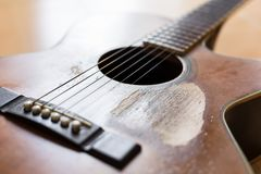 Narysy na starej gitarze akustycznej fotografia stock