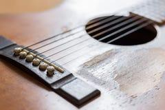 Narysy na starej gitarze akustycznej zdjęcie royalty free
