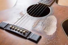 Narysy na starej gitarze akustycznej obraz royalty free