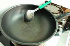 Narysy na teflon smaży nieckę z stalą nierdzewną Turner na benzynowej kuchence obraz royalty free