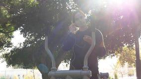 Narządzanie muzyka dla biegać przy plenerową trener maszyną obrazy royalty free