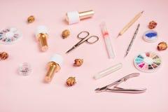 Narzędzie dla manicure'u, gel poleruje, nożyce, tongs, akcesoria dla pracować z menchia gwozdziem na różowym tle studio strzał, u zdjęcie stock