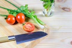 Narządzań warzywa dla gotować na ciapania drewna desce Fotografia Stock