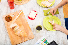 Narządzania śniadanie podczas gdy dostawać online informację o nutri Obrazy Stock