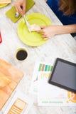 Narządzania śniadanie podczas gdy dostawać online informację o nutri Fotografia Stock
