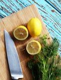 Narządzania jedzenie dla kumberland sałatki składnikiem jest cytryną i kolenderem na drewnianym bloku Obraz Stock