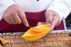 Narządzanie omlet z eeg i rozwidleniami zdjęcie stock