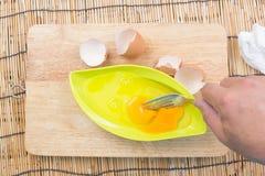 Narządzanie omlet z eegs i rozwidleniami zdjęcia royalty free