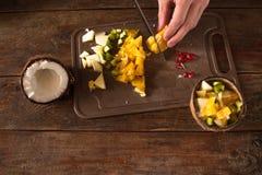 Narządzanie owocowa sałatka w kokosowej skorupie Obrazy Stock