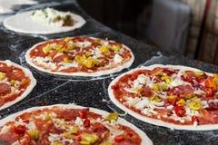 Narządzanie włoszczyzny pizza zdjęcia stock