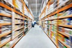 Narzędzia budowy supermarketa półki i nawa Perspektywiczny widok hypermarket wiosłuje z produktami zamazany obrazy royalty free