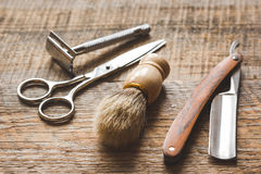 Narzędzia dla ciąć broda zakład fryzjerskiego na drewnianym tle zdjęcie stock