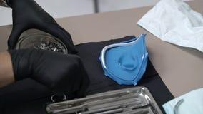 Narzędzia dla instalować grodza kahata i rubberdam lying on the beach na stole czarny tło zdjęcie wideo