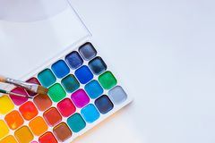Narzędzia dla kreatywnie pracy na białym drewnianym tle Akwareli paintbox Kolor farby tylna szkoły Dzieciaków malować Zdjęcia Stock