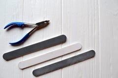 Narzędzia dla manicure'u na białym drewnianym tle opieki ostrości ręki gwoździe obrazy royalty free