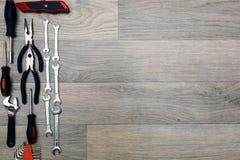 Narzędzia dla naprawiać odgórnego widok na drewnianym tle Fotografia Royalty Free