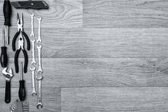 Narzędzia dla naprawiać odgórnego widok na drewnianym tle, przestrzeń dla teksta Zdjęcie Royalty Free