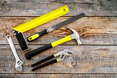 Narzędzia dla naprawy i budynku Hummer, kartoteka, narożnikowa władca, pilers na nieociosanej drewnianej tło odgórnego widoku kop Fotografia Stock