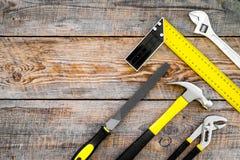 Narzędzia dla naprawy i budynku Hummer, kartoteka, narożnikowa władca, pilers na nieociosanej drewnianej tło odgórnego widoku kop Obrazy Royalty Free