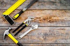 Narzędzia dla naprawy i budynku Hummer, kartoteka, narożnikowa władca, pilers na nieociosanej drewnianej tło odgórnego widoku kop Obraz Royalty Free