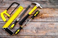 Narzędzia dla naprawy i budynku Kartoteka, narożnikowa władca, śrubokręt, hummer na nieociosanej drewnianej tło odgórnego widoku  Zdjęcie Royalty Free