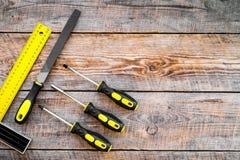 Narzędzia dla naprawy i budynku Kartoteka, narożnikowa władca, śrubokręt na nieociosanej drewnianej tło odgórnego widoku kopii pr Zdjęcia Royalty Free