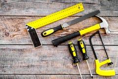 Narzędzia dla naprawy i budynku Kartoteka, narożnikowa władca, śrubokręt na nieociosanej drewnianej tło odgórnego widoku kopii pr Zdjęcia Stock