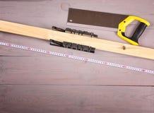 Narzędzia dla piłować drewnianych bary na workbench obraz stock