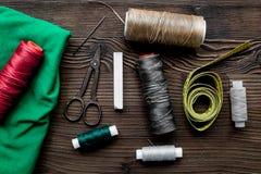 Narzędzia dla szwalnego i handmade dla hobby biurka ustalonego drewnianego tła odgórnego widoku Obrazy Royalty Free