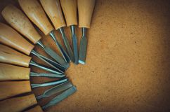 Narzędzia dla woodcarving na brown szorstkiego tła odgórnym widoku Obrazy Stock