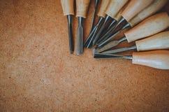 Narzędzia dla woodcarving na brown szorstkiego tła odgórnym widoku Zdjęcia Stock