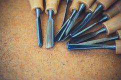Narzędzia dla woodcarving na brown szorstkim tła zakończeniu up Zdjęcie Stock