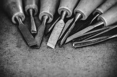 Narzędzia dla woodcarving na brown szorstkim tła zakończeniu up Obrazy Royalty Free